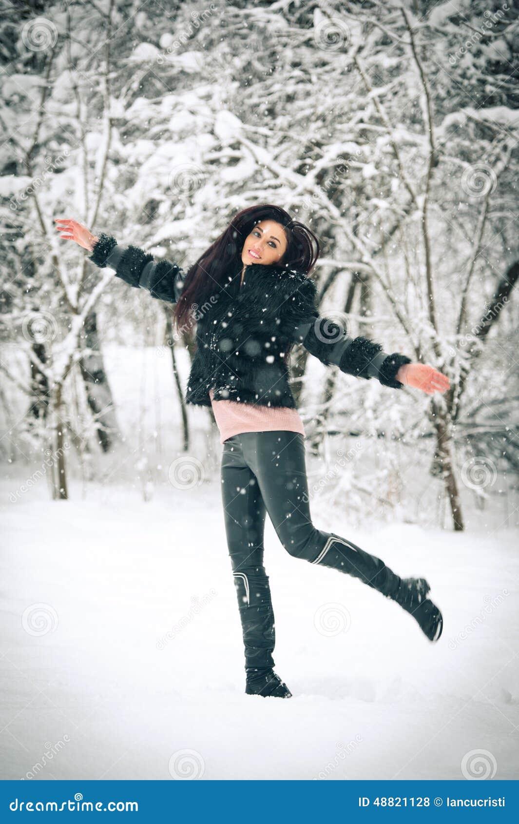 Красивые девушки на снегу фото 379-506