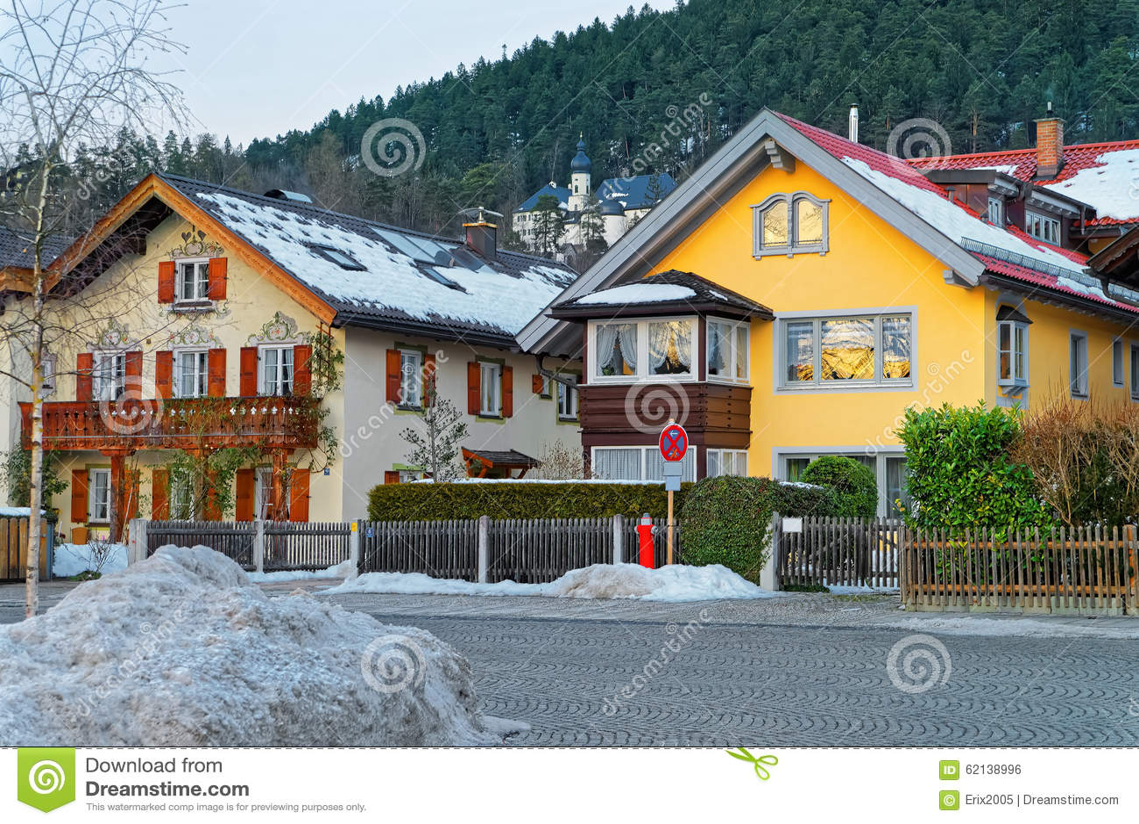 Взгляд типичных высокогорных домов в Garmisch-Partenkirchen
