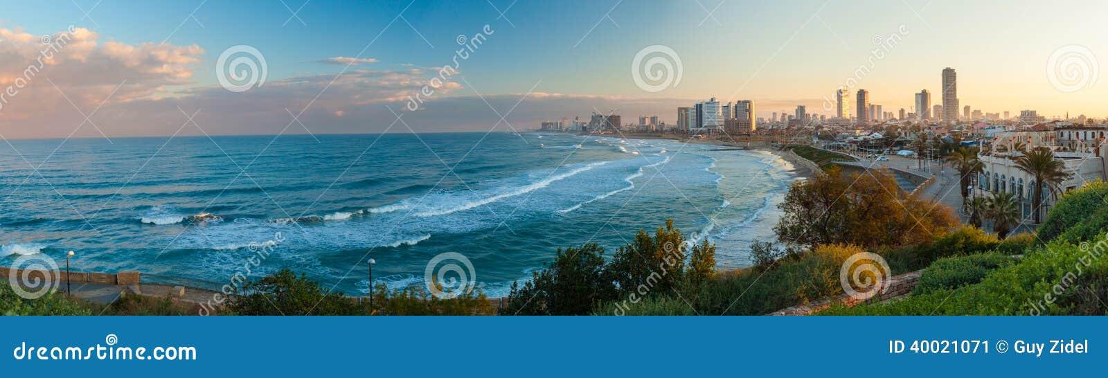 Взгляд утра города от стороны моря