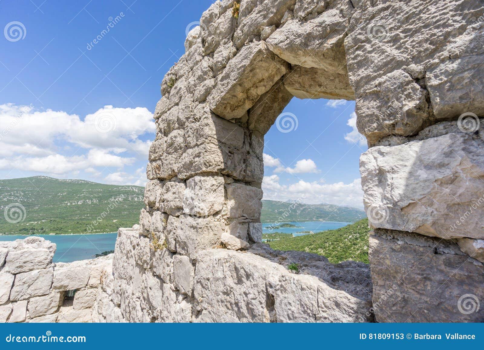 Взгляд через окно от стен Ston
