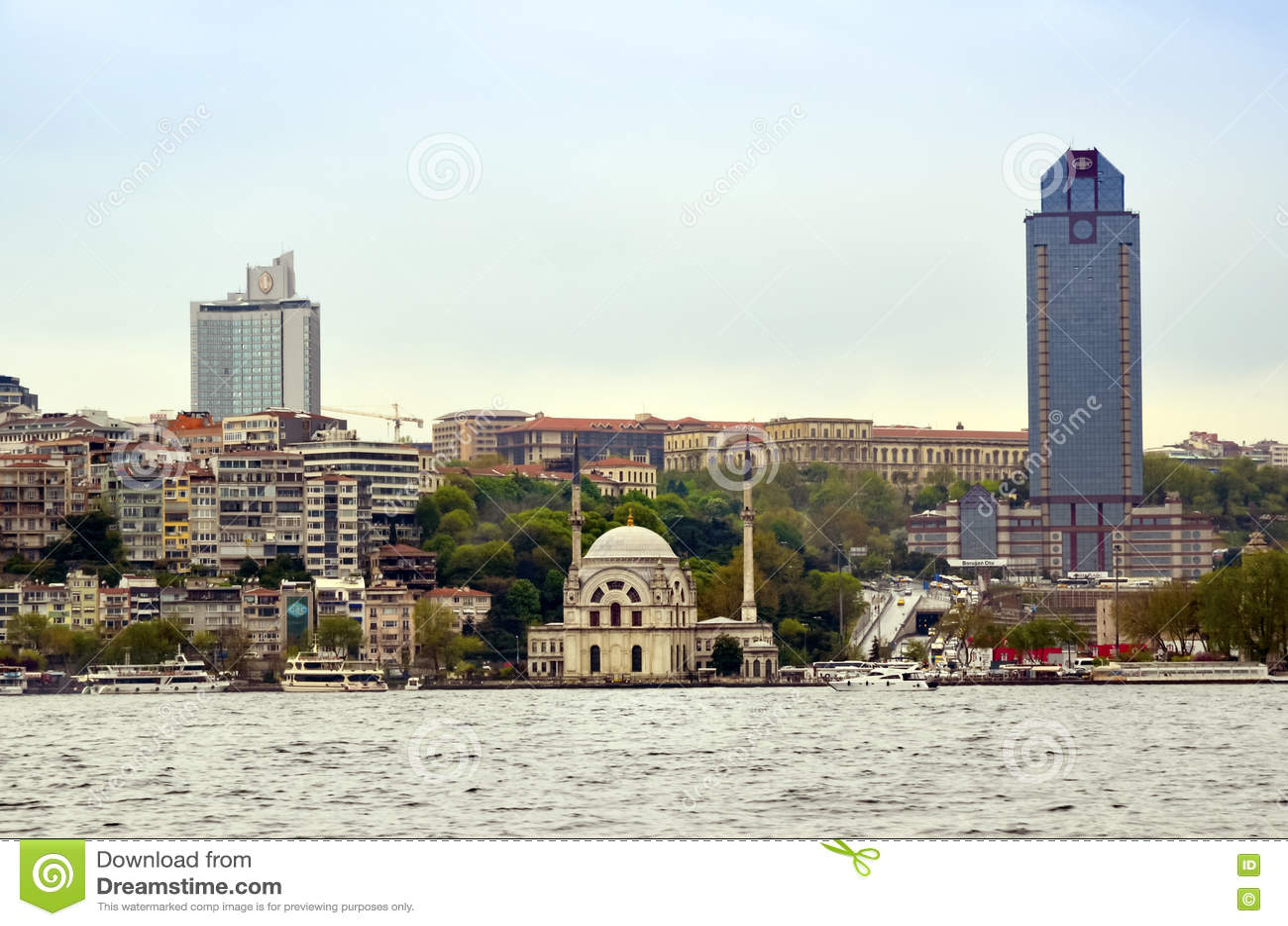 Взгляды мечети и Bosphorus Стамбула Dolmabahce