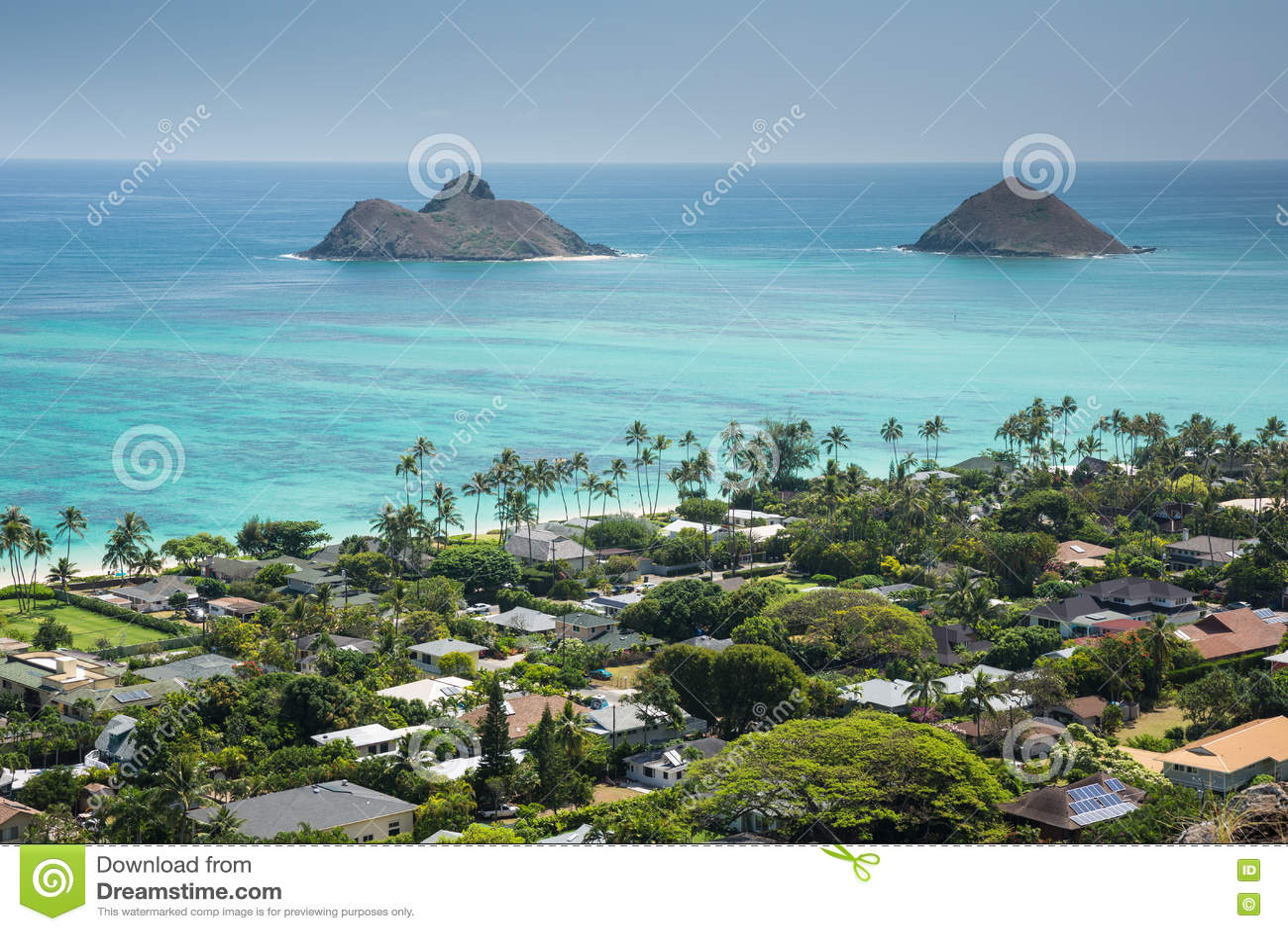 Взгляд Kailua и острова с побережья от коробочек для таблеток Lanikai отстают