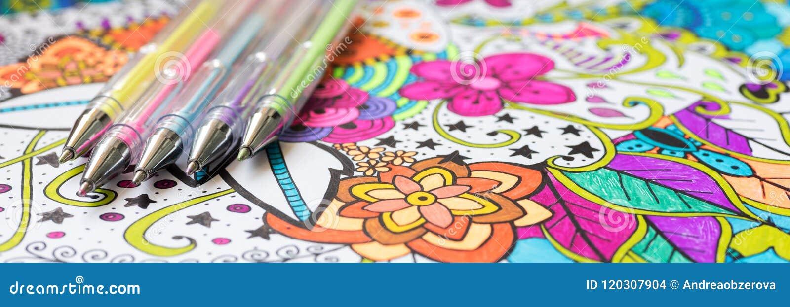 Взрослая книжка-раскраска, новая тенденция сбрасывать стресса Концепция терапией, психическими здоровьями, творческими способност