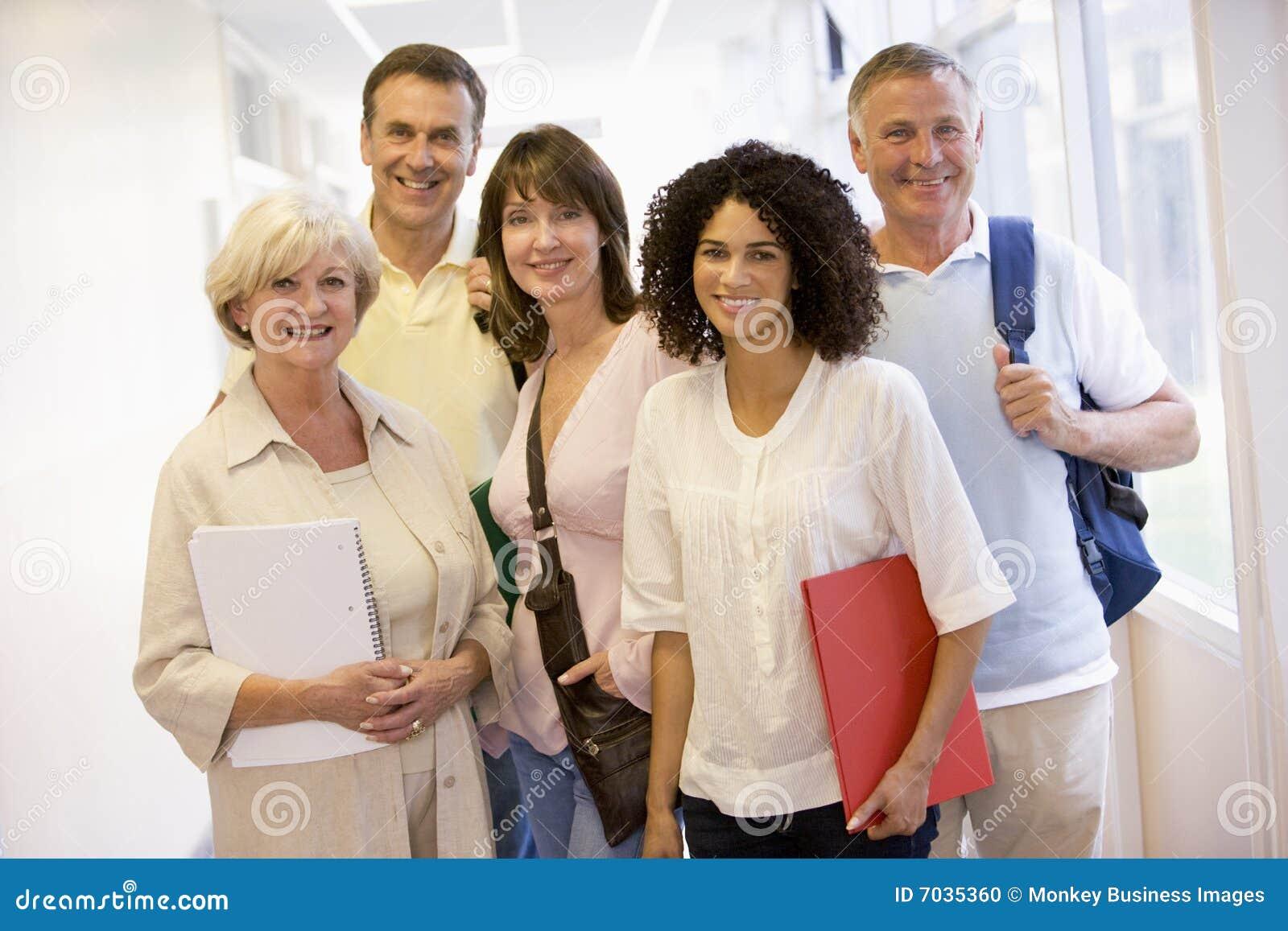 взрослый укладывает рюкзак студенты группы стоящие