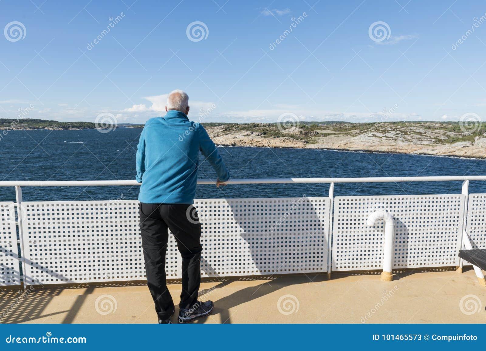 Взрослый человек в голубом свитере на пароме
