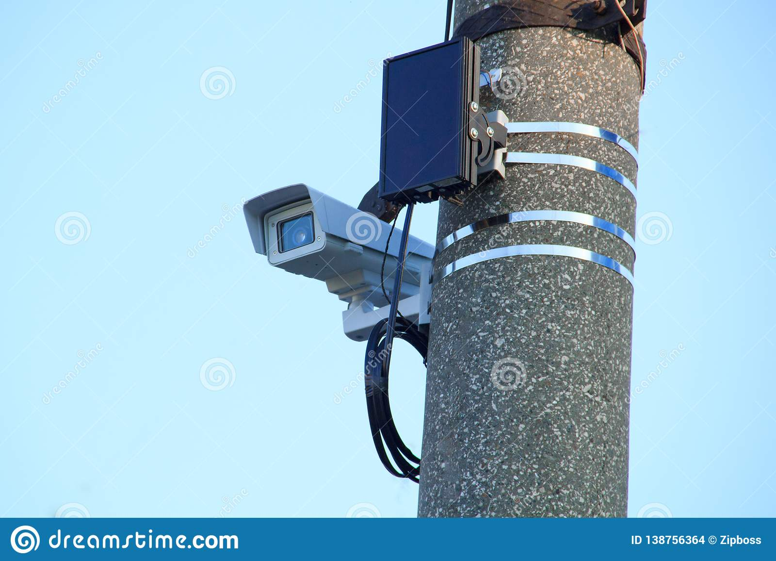 Видеокамера в загерметизированной термальной куртке на кронштейне зафиксирована на штендере конкретной дороги