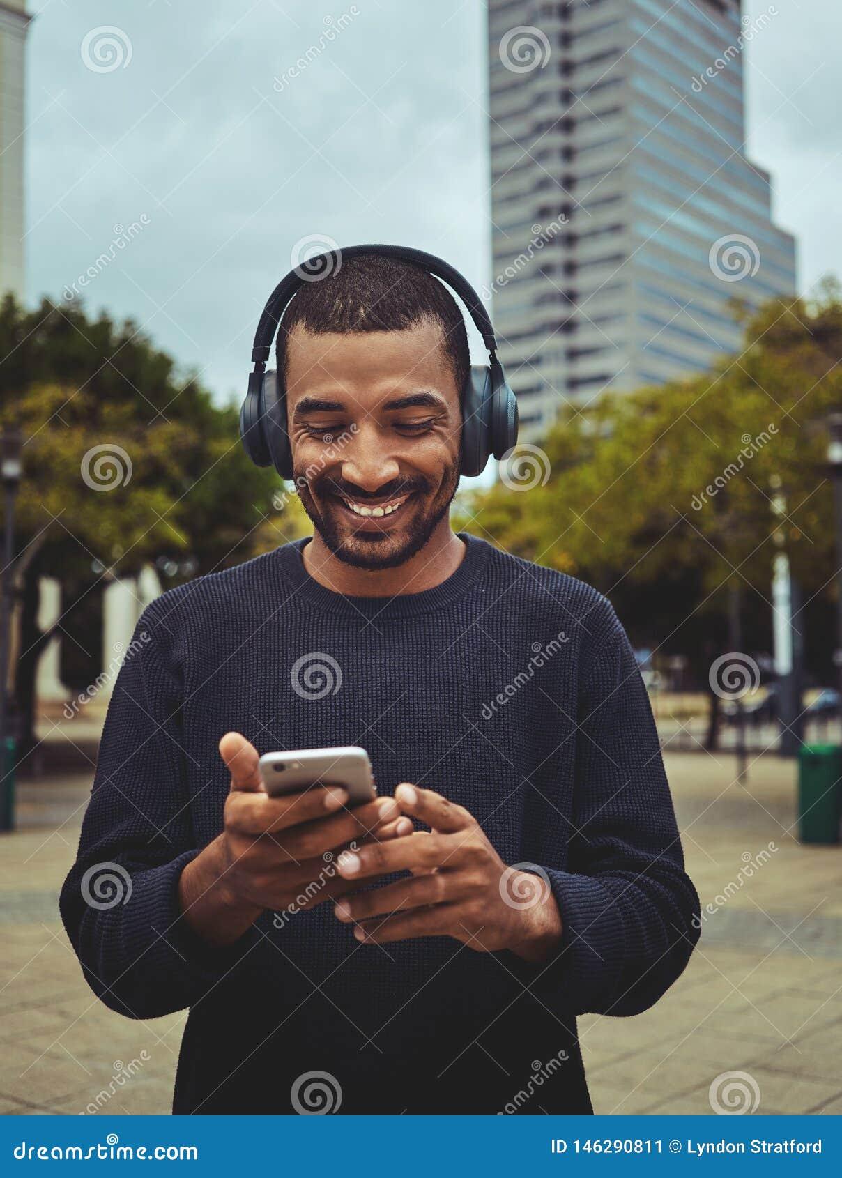 Видео молодого человека наблюдая используя мобильный телефон