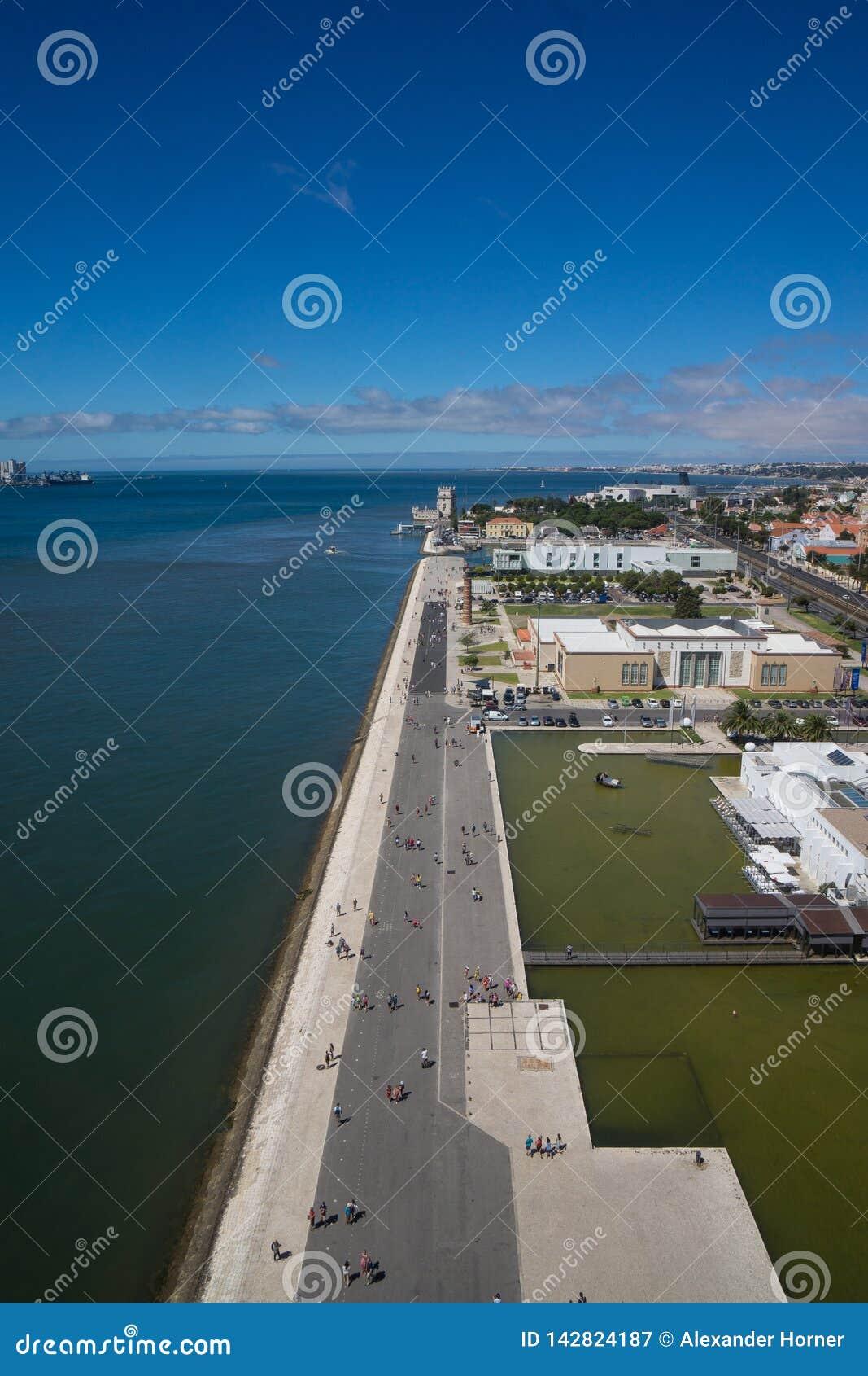 Видимость океана вдоль улицы