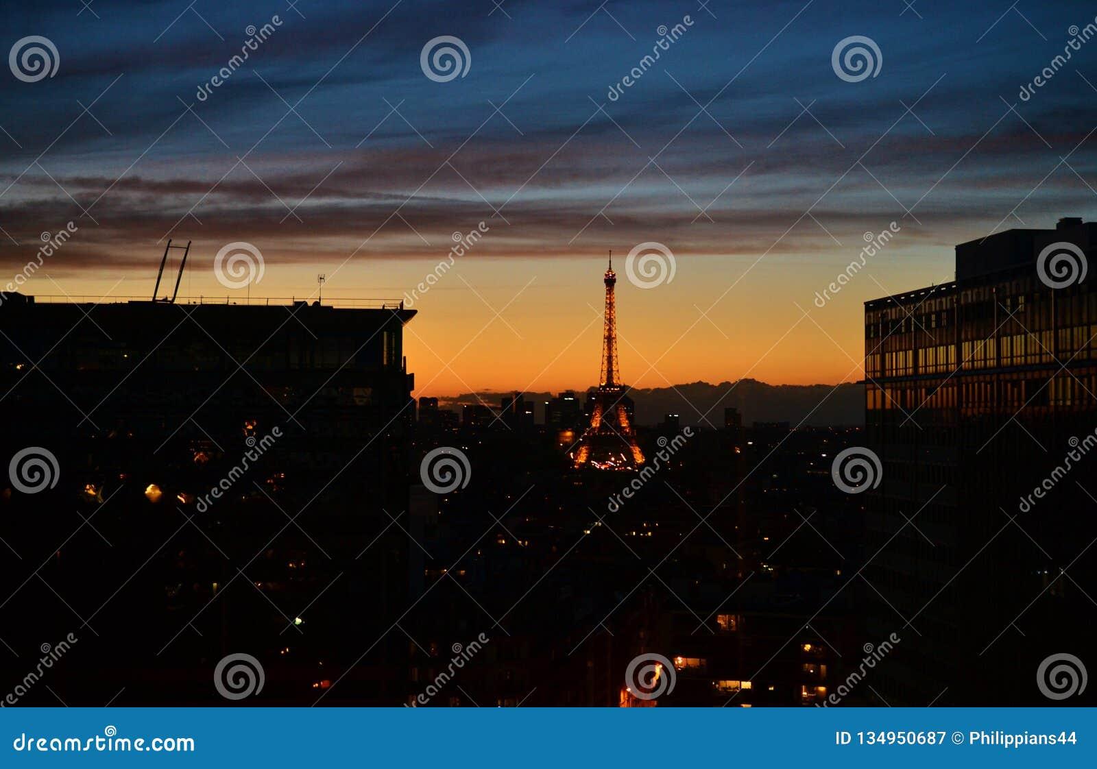 Вид на город панорамы НОЧИ СУМРАКА Парижа, Эйфелевой башни, принятой от комнаты стиля традиции французской, статуя