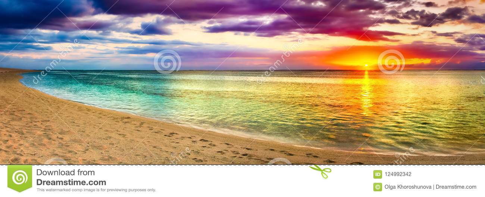 Вид на море на заходе солнца изумительный ландшафт панорама пляжа красивейшая