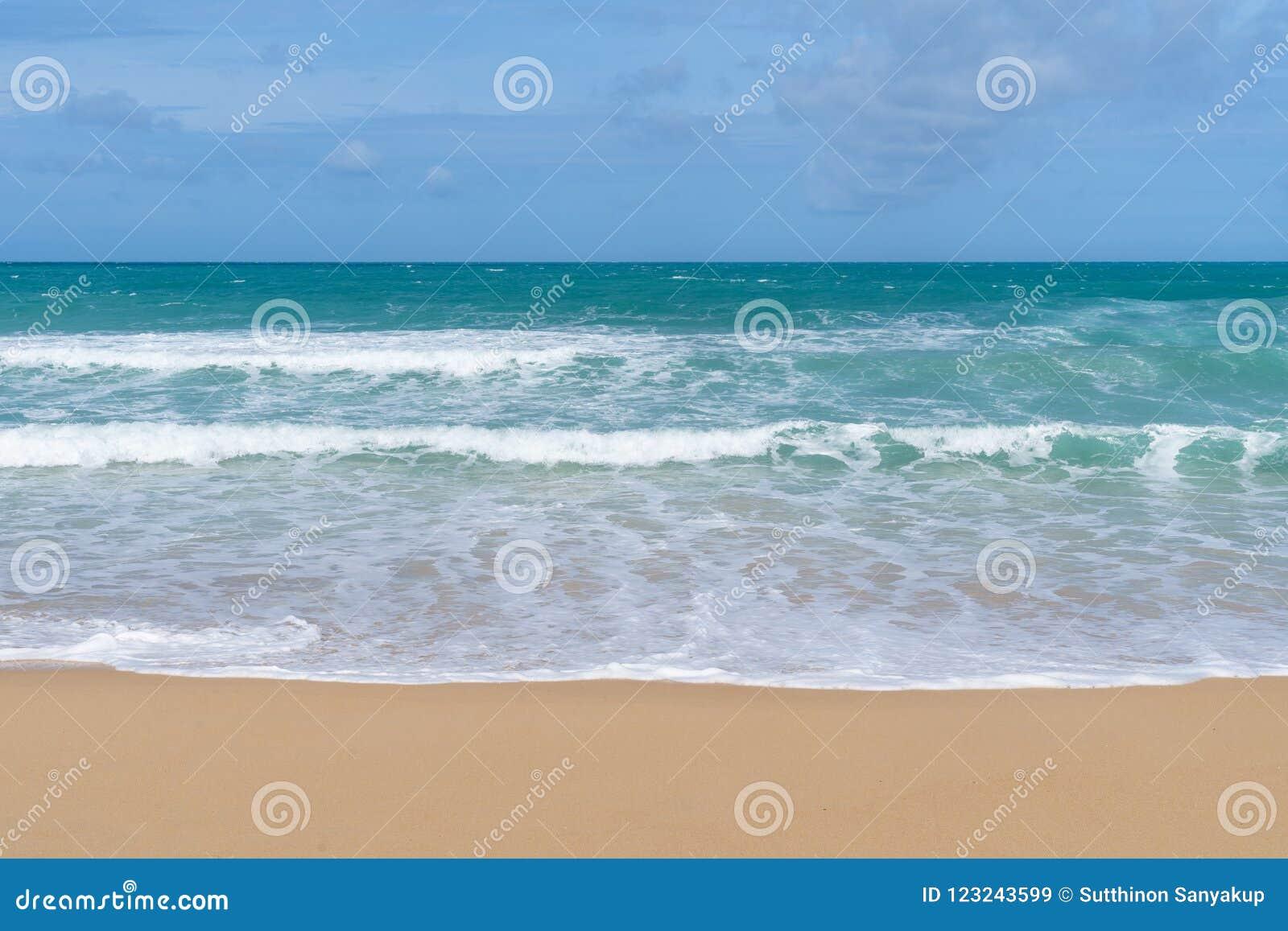 Вид на море от тропического пляжа с солнечным небом Пляж рая лета острова Бали берег тропический Тропическое море в Бали Экзотиче