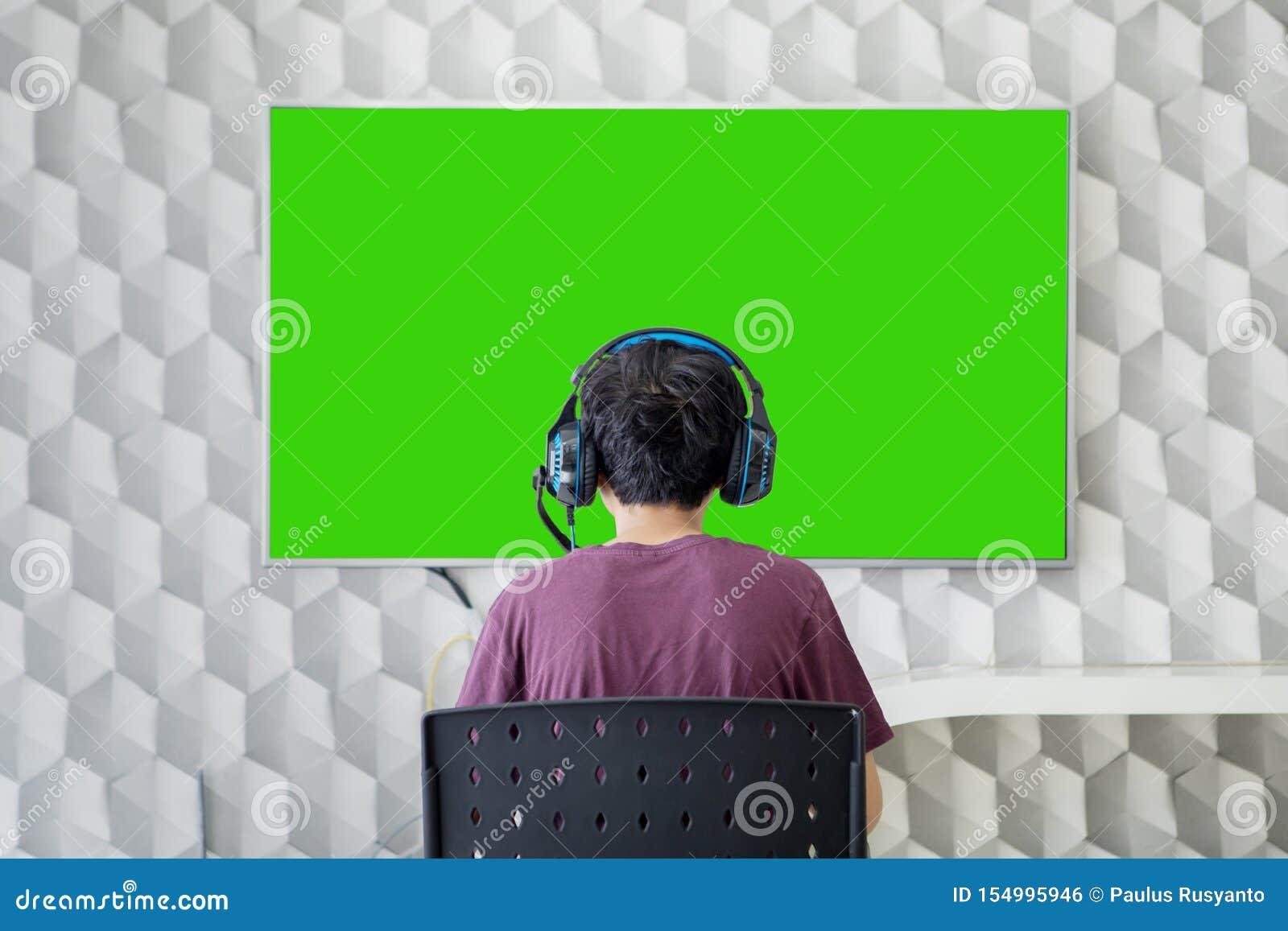Вид сзади предназначенного для подростков мальчика играя видеоигры