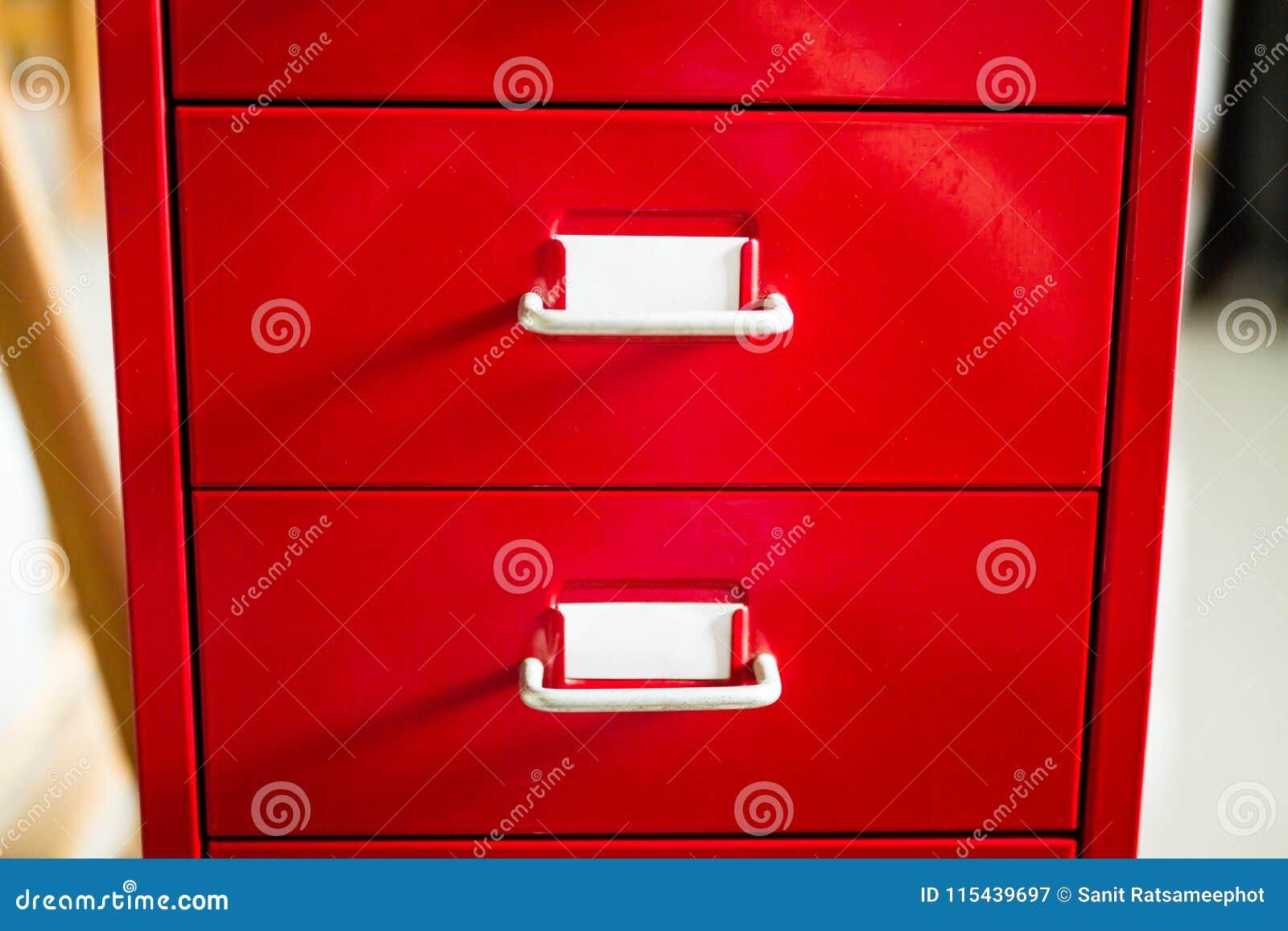 Вид спереди красного ящика документа закрыто