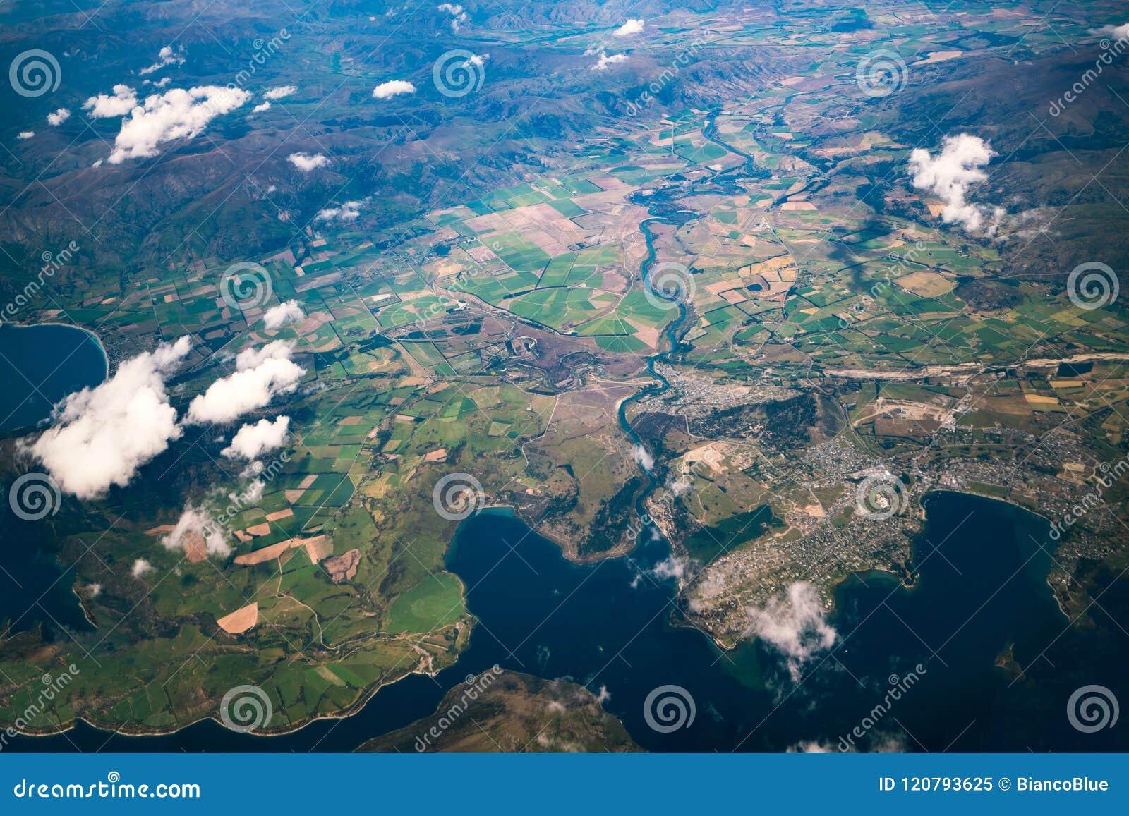 Вид с воздуха горных цепей и ландшафта озера
