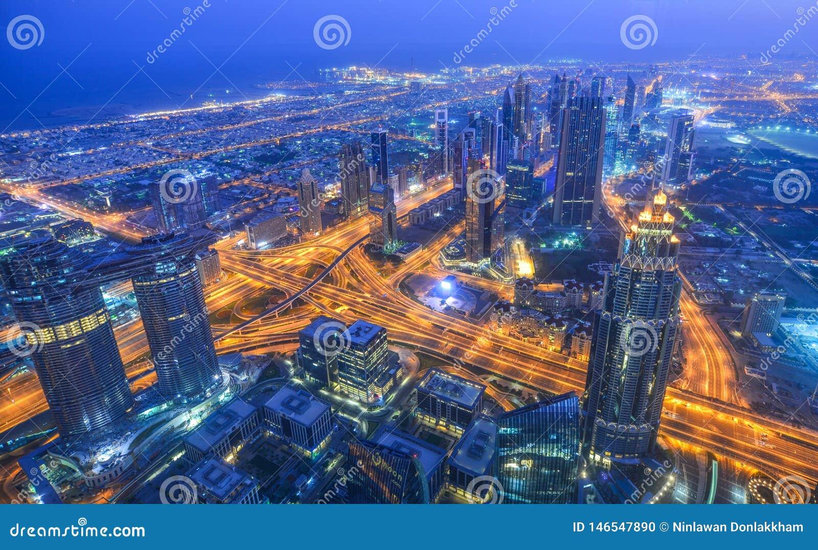 Вид с воздуха города Дубай вечером