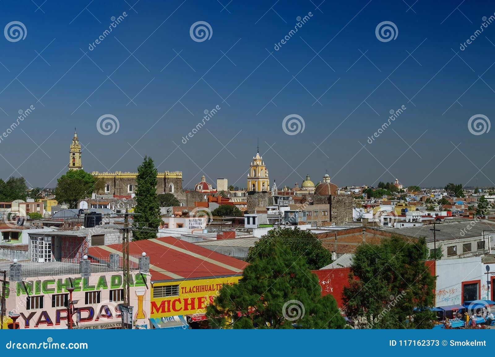 Вид с воздуха города Cholula с монастырем San Gabriel на backg