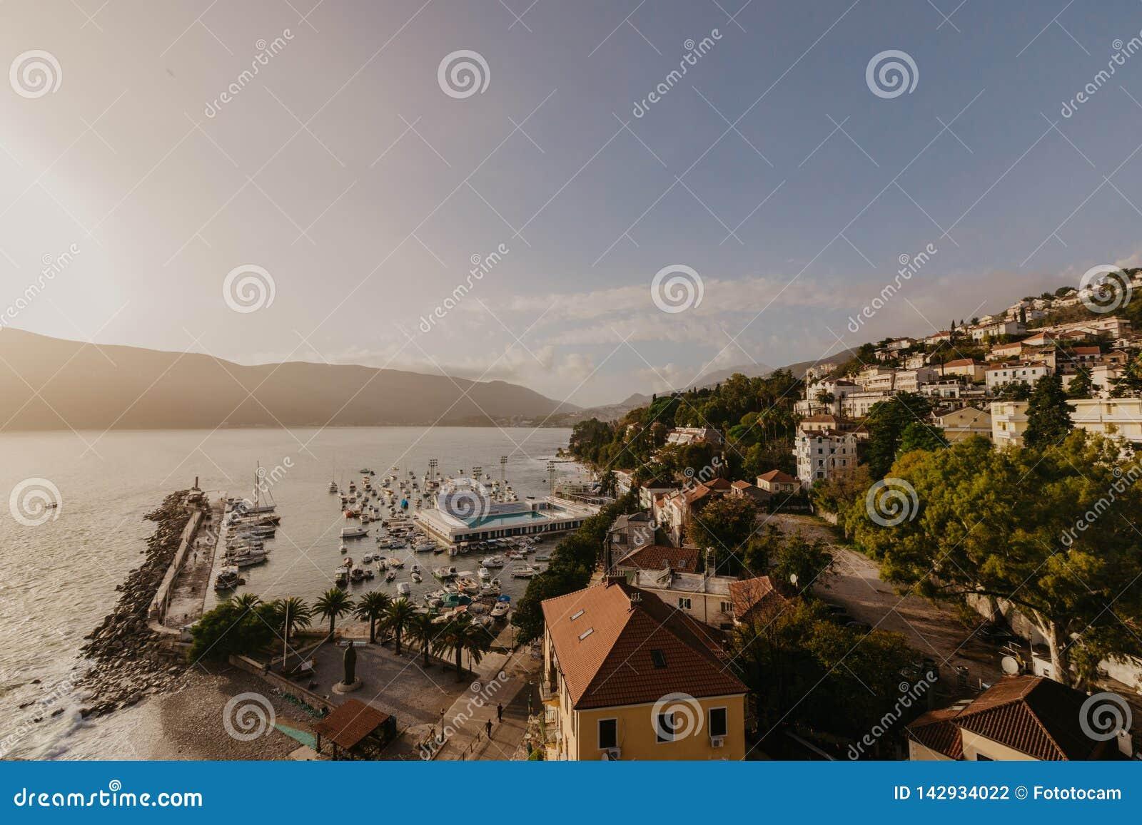 Вид с воздуха городка Herceg Novi, Марины и венецианской конематки сильной стороны, залива Boka Kotorska Адриатического моря, Чер