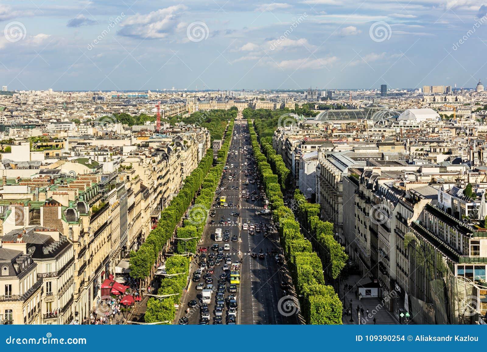 Вид с воздуха городского пейзажа Парижа с des Champs-Elysees бульвара P