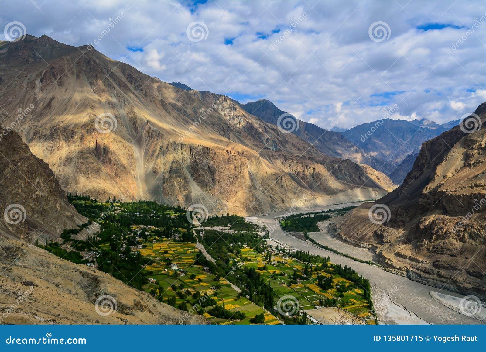 Вид с воздуха деревни Turtuk в Кашмире