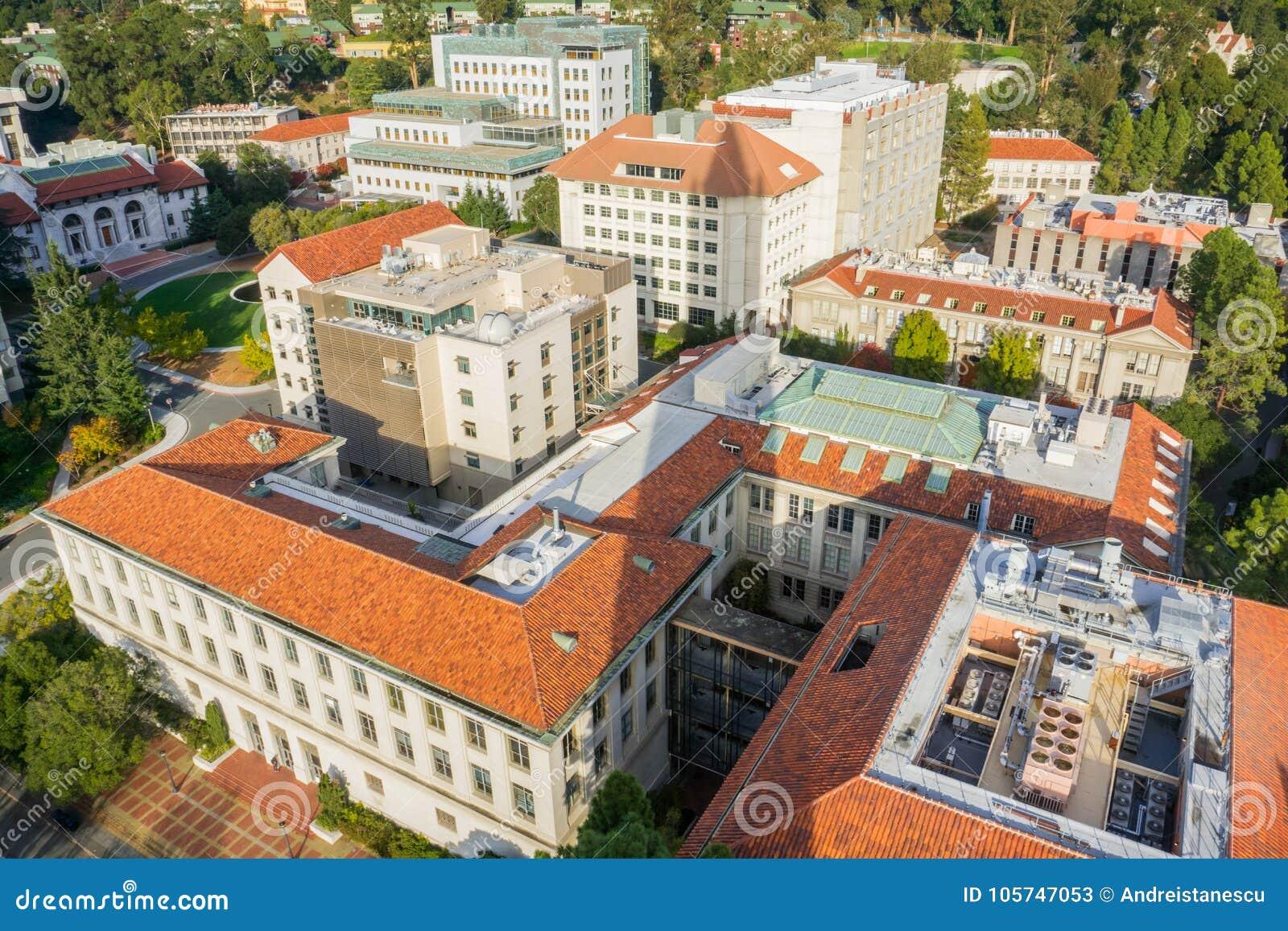 Вид с воздуха зданий в Университете штата Калифорнии, кампусе Беркли