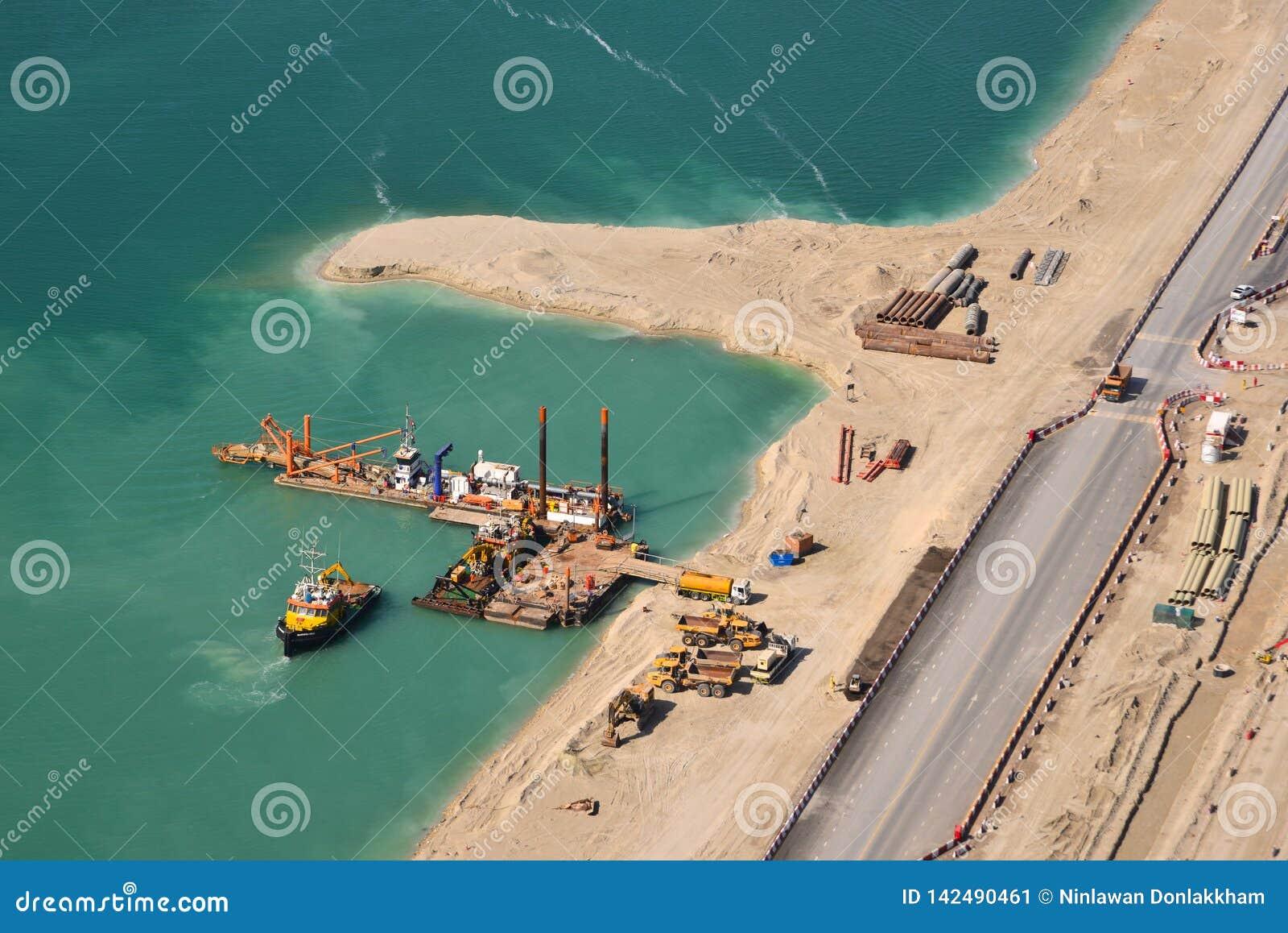 Вид с воздуха конструкции на искусственном острове