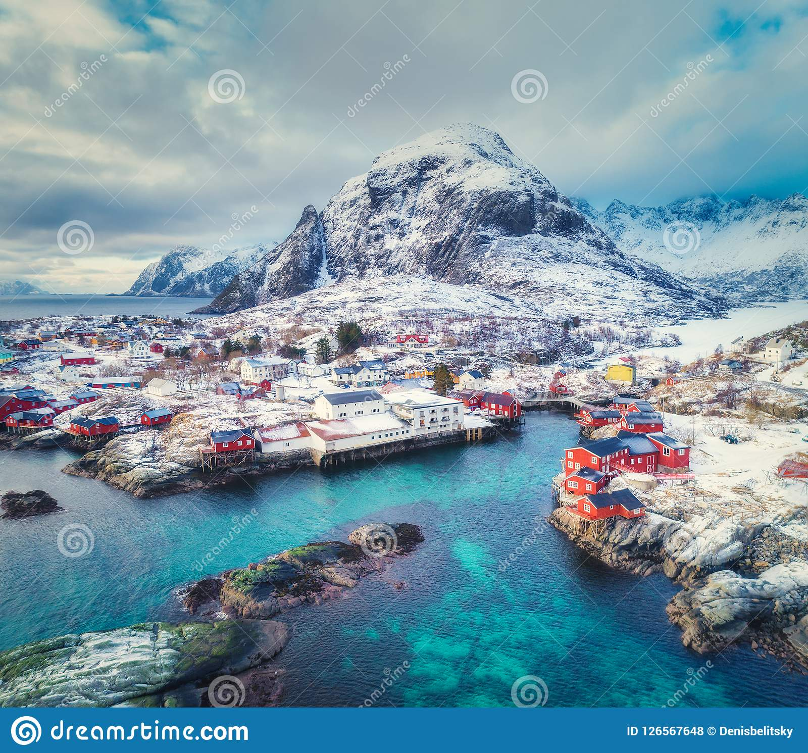 Вид с воздуха малой деревни на горе в зиме