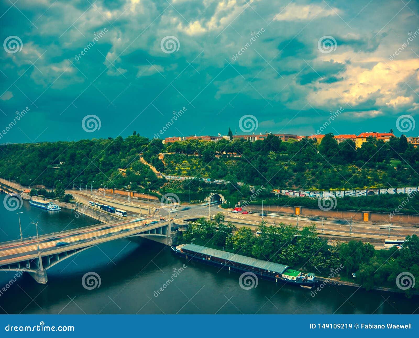 Вид с воздуха метронома рядом с рекой Влтавы