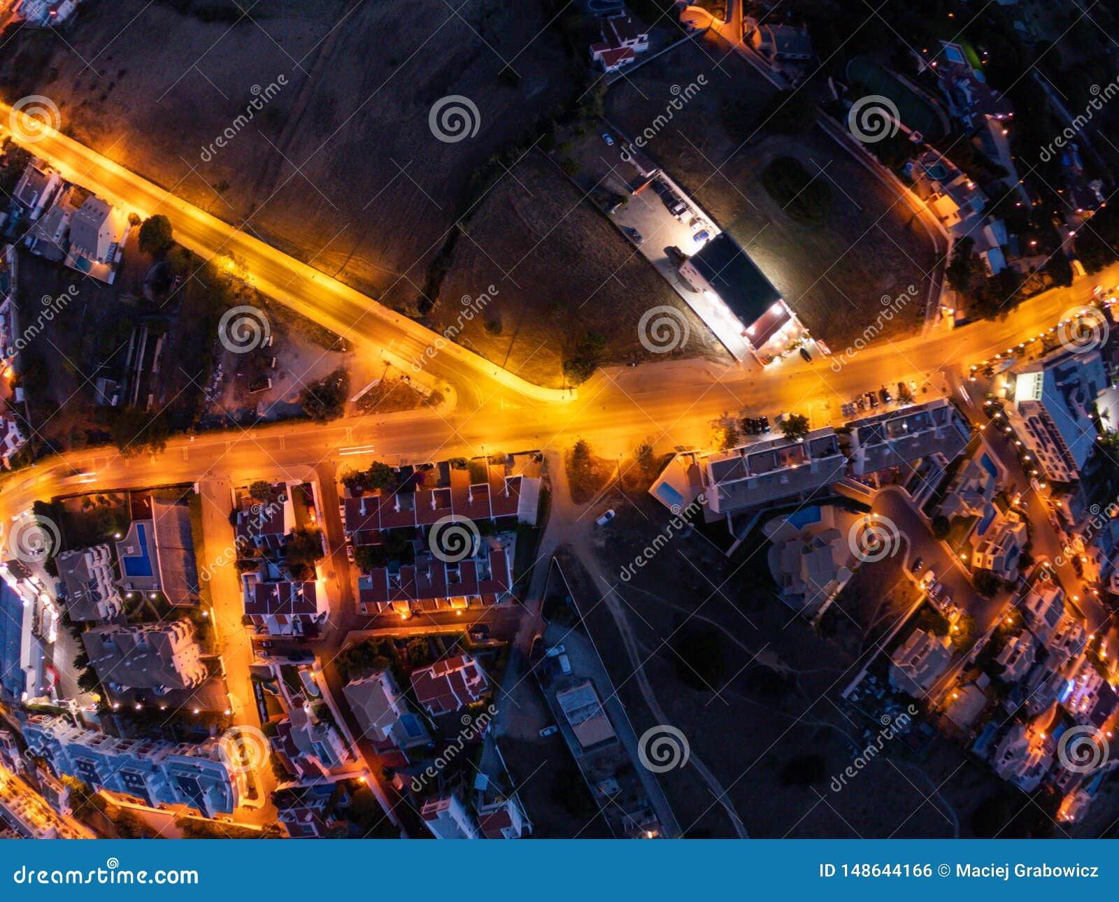 Вид с воздуха на городе вечером, Albufeira, Португалия Загоренные улицы на заходе солнца