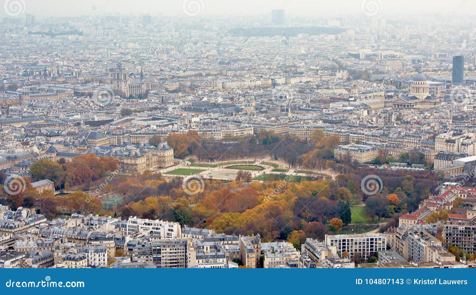 Вид с воздуха на Париже, отличая столицей Люксембургских садов Франции