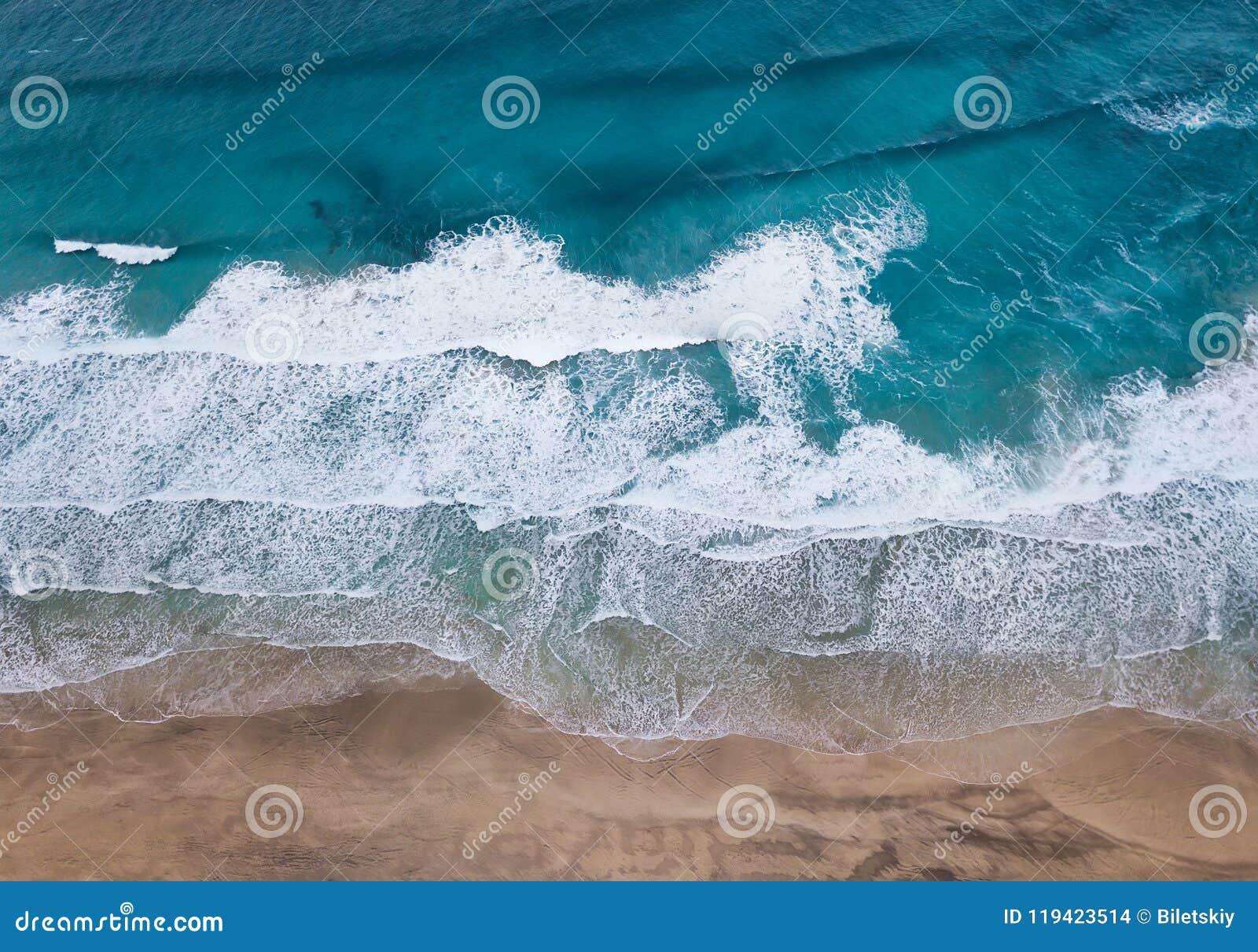 Вид с воздуха на пляже и волнах