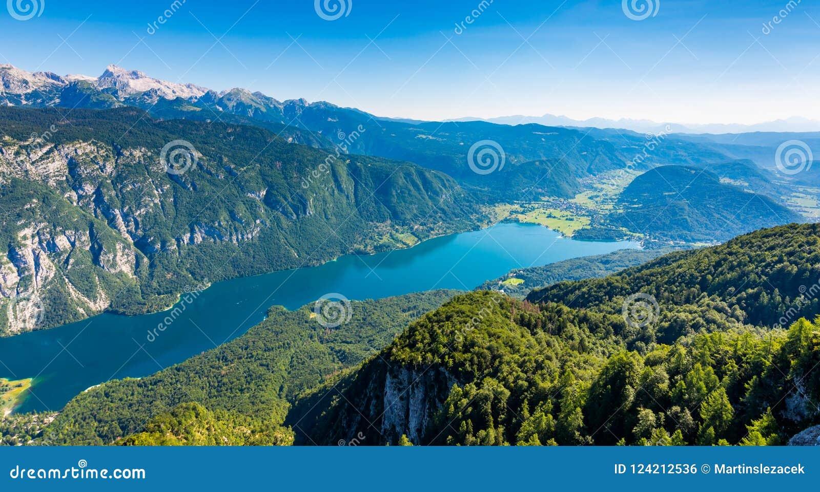 Вид с воздуха озера Bohinj от станции фуникулера Vogel Горы Словении в национальном парке Triglav Юлианский ландшафт горных верши