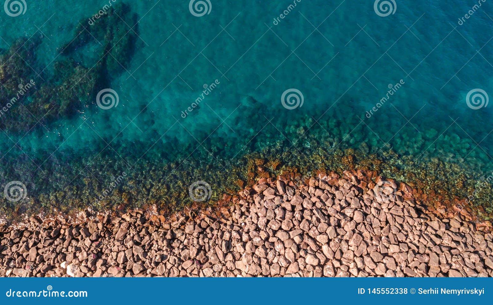 Вид с воздуха океанских волн и фантастического скалистого побережья