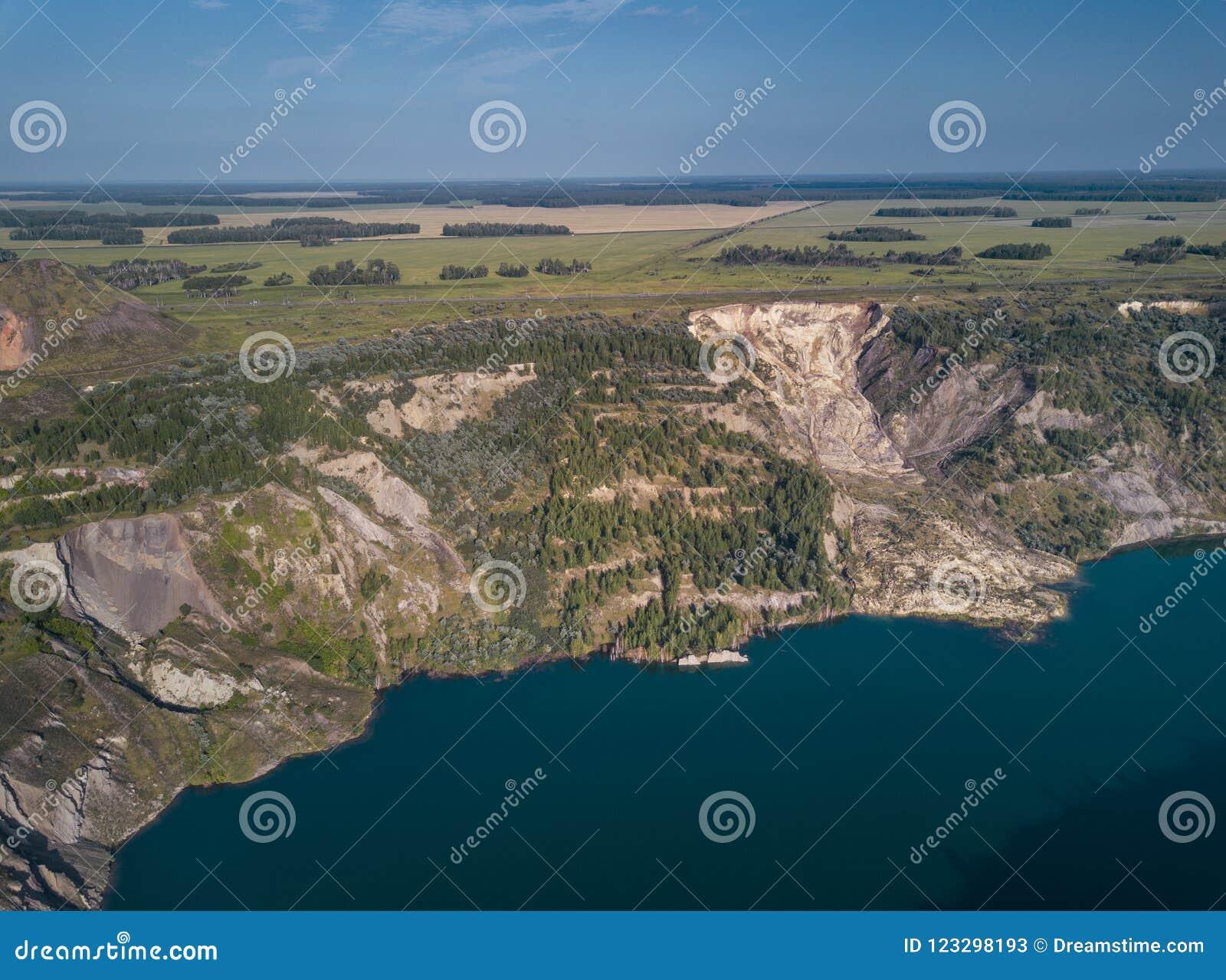 Вид с воздуха покинутого карьера, центральной части России