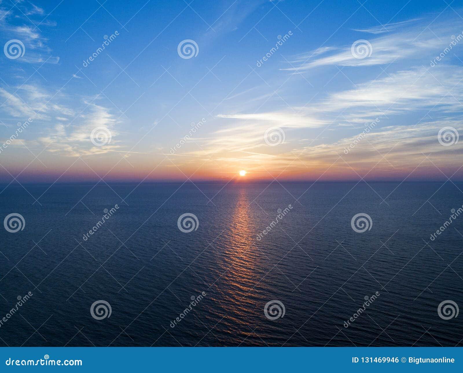 Вид с воздуха предпосылки неба захода солнца Воздушное драматическое небо захода солнца золота с небом вечера заволакивает над мо