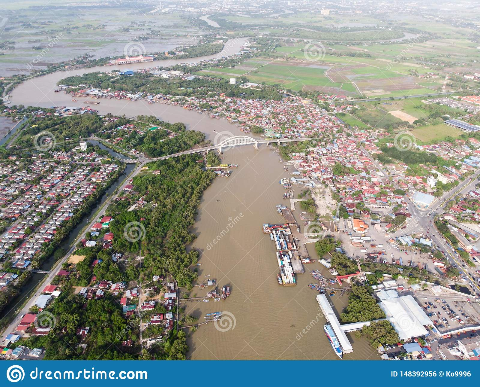 Вид с воздуха реки в деревне рыболова