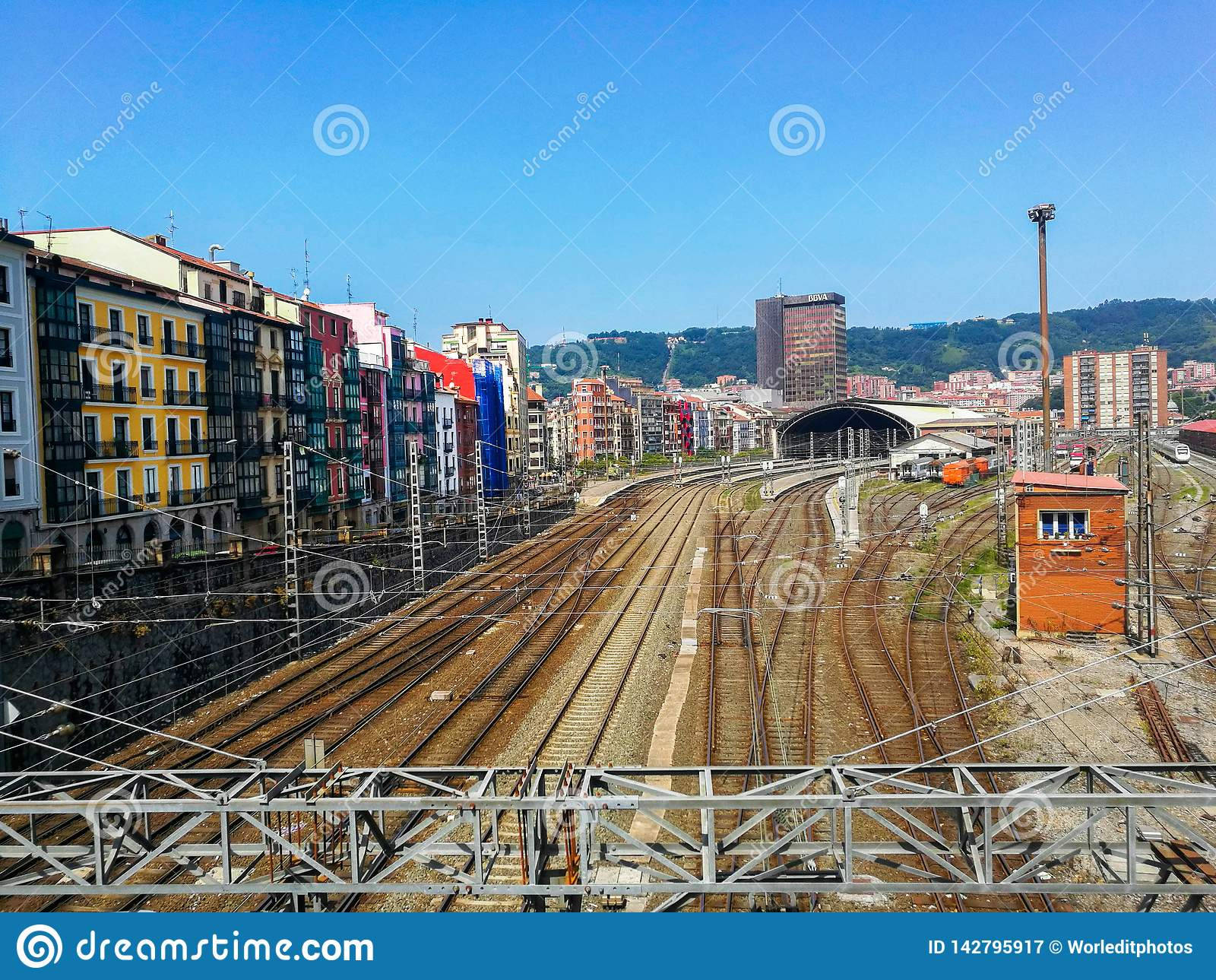 Вид с воздуха станции Tran против городского пейзажа Бильбао