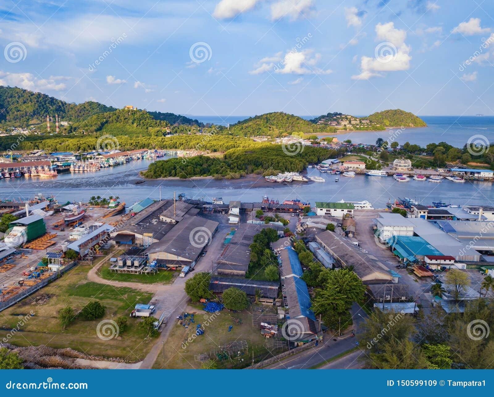 Вид с воздуха тайского традиционного азиатского рыбацкого поселка со шлюпками на пляже моря Жилая предпосылка домов в полдень в с