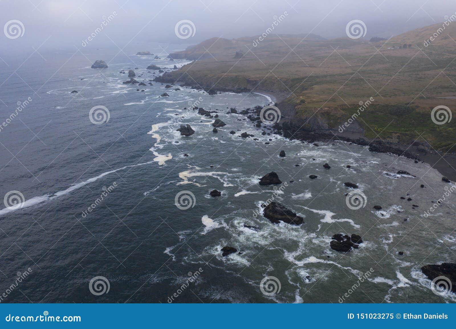 Вид с воздуха Тихого океана и северная калифорния плавают вдоль побережья