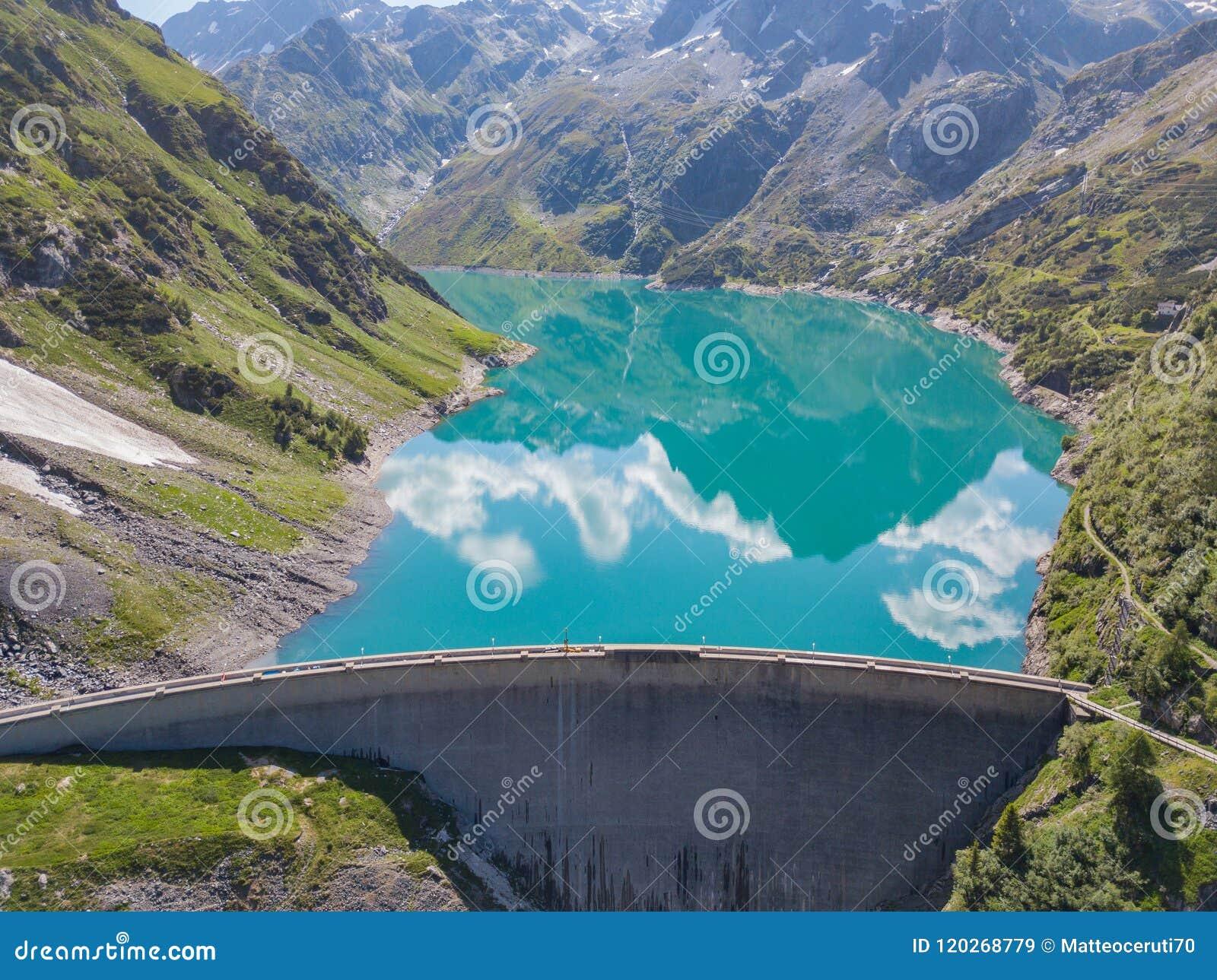 Вид с воздуха трутня озера Barbellino высокогорное искусственное озеро и гора вокруг ее Итальянка альп Италия