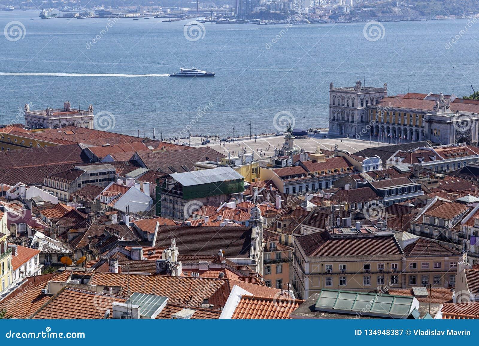 Вид с воздуха Baixa и Tejo