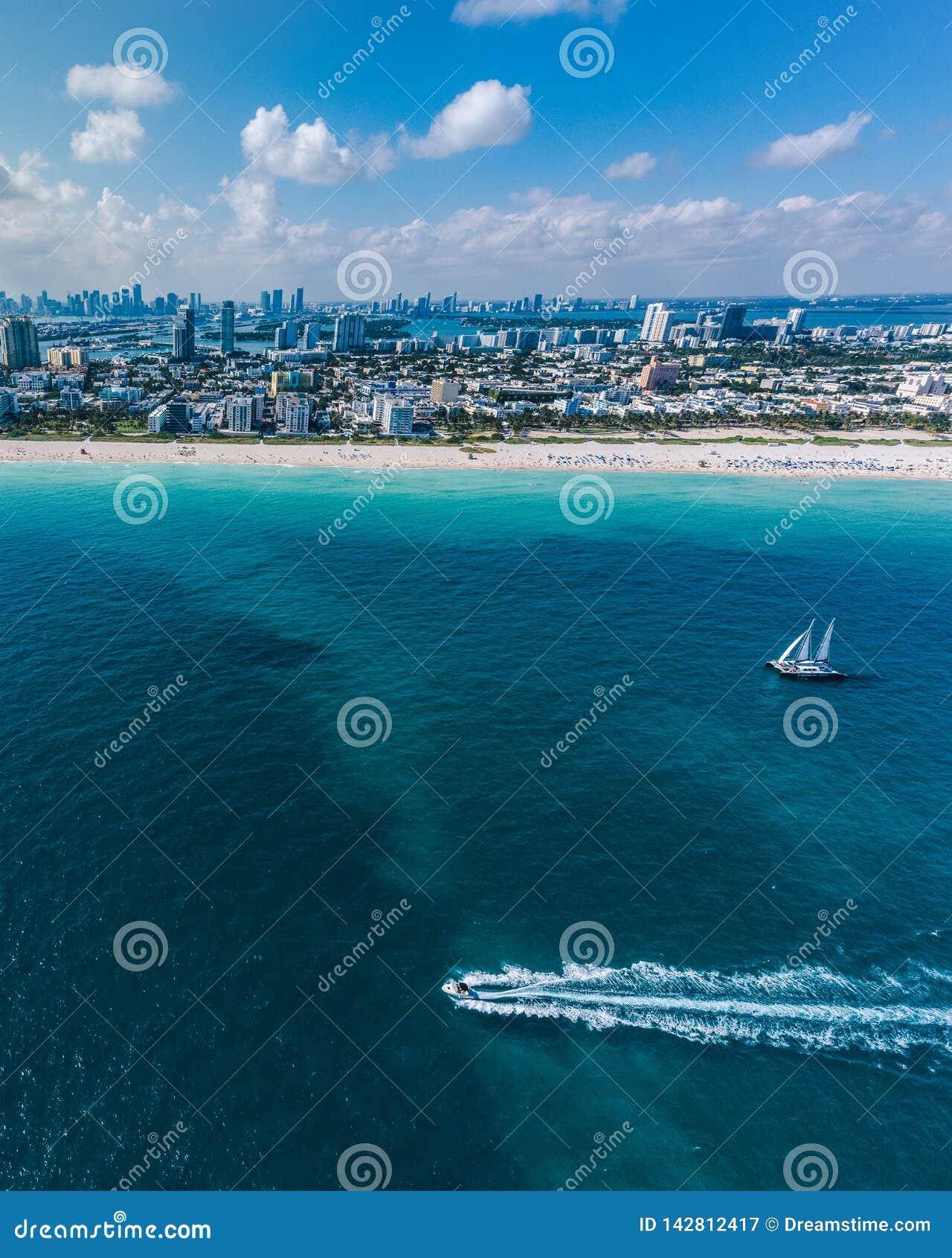 Вид с воздуха Miami Beach с парусником во взгляде