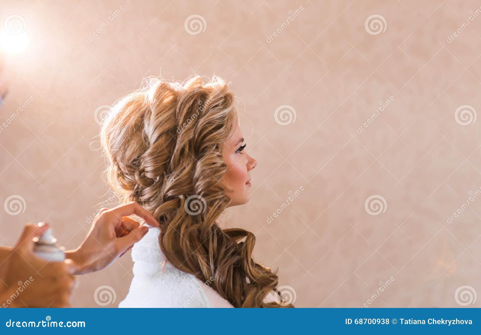 Визажист свадьбы делая невесту компенсировать Красивая сексуальная модельная девушка внутри помещения Женщина красоты белокурая с