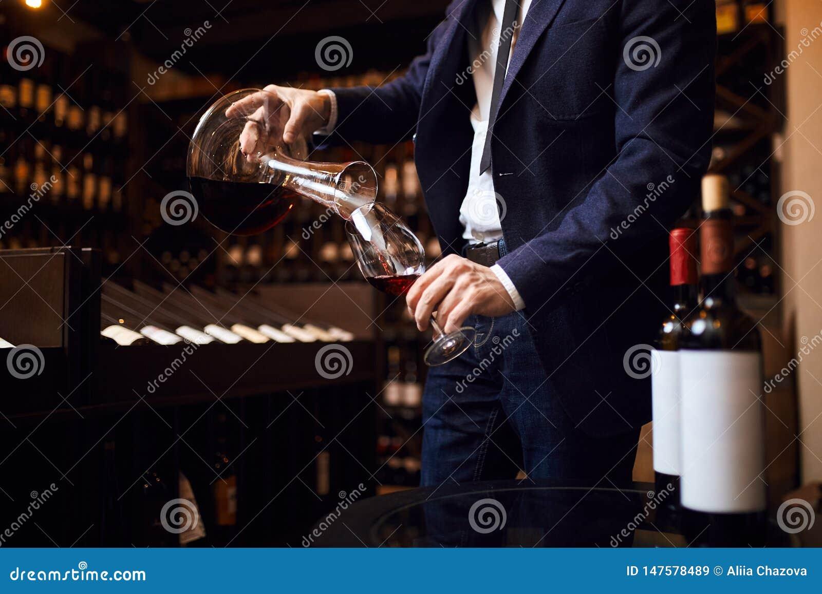 Вина молодого человека смешивая творение незабываемого вина