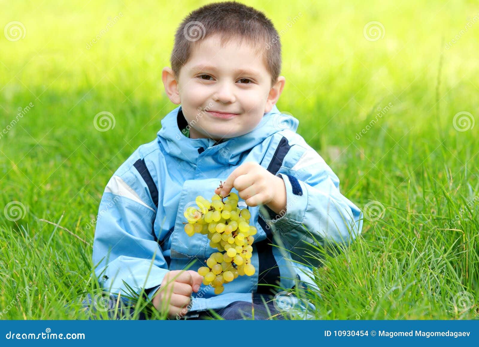 виноградины мальчика милые