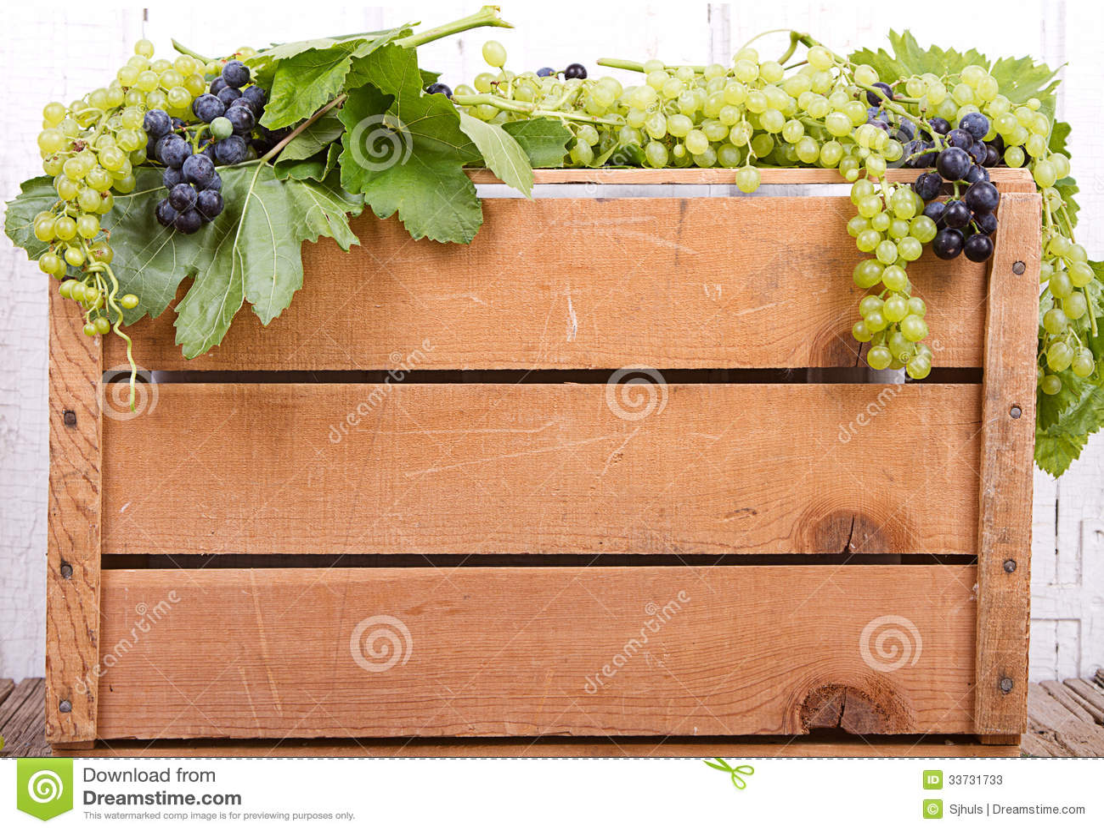 Виноградины на деревянной клети