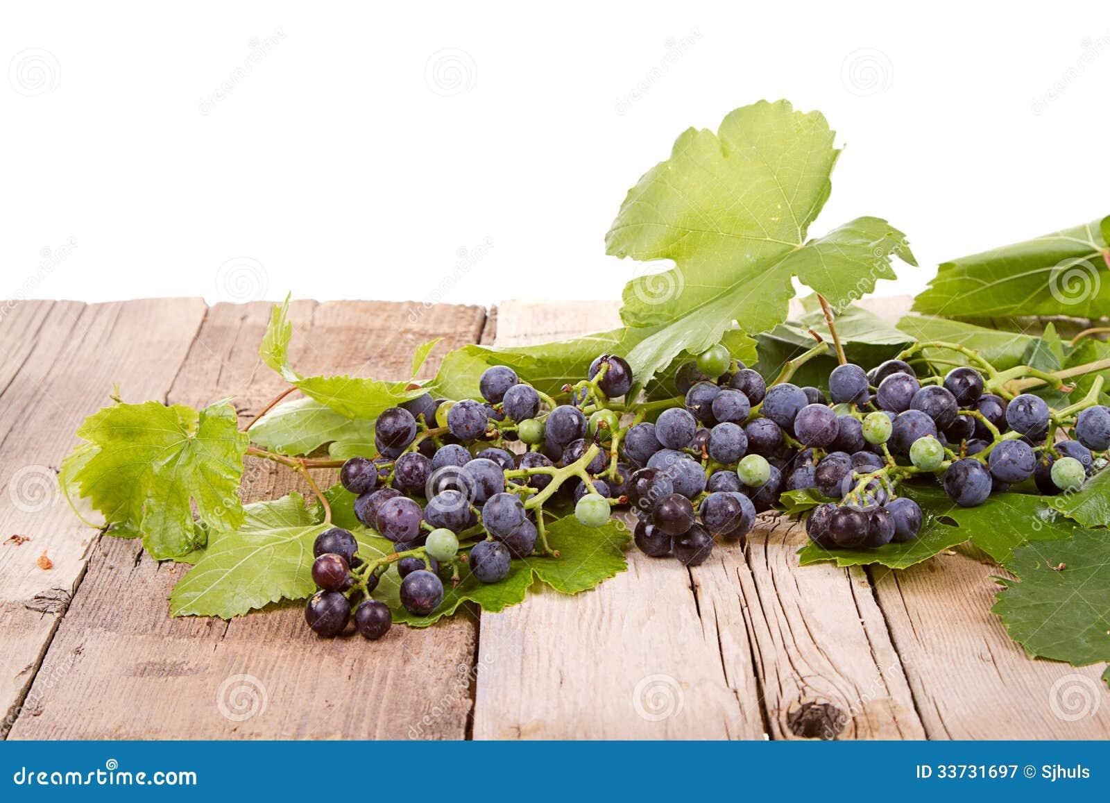 Виноградины на деревянной планке