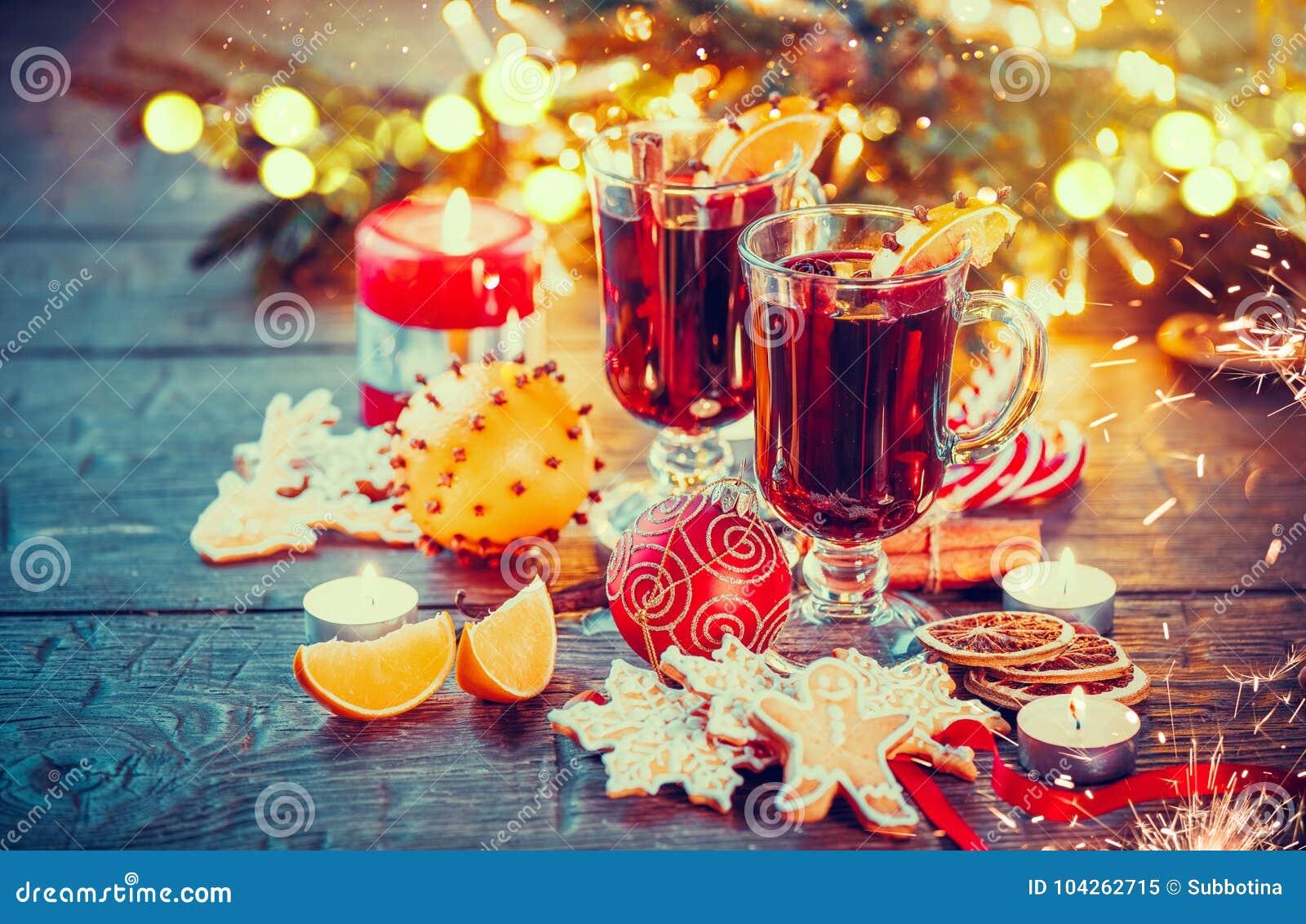 Download Вино обдумыванное рождеством на празднике украсило таблицу Стоковое Изображение - изображение насчитывающей стекло, ново: 104262715