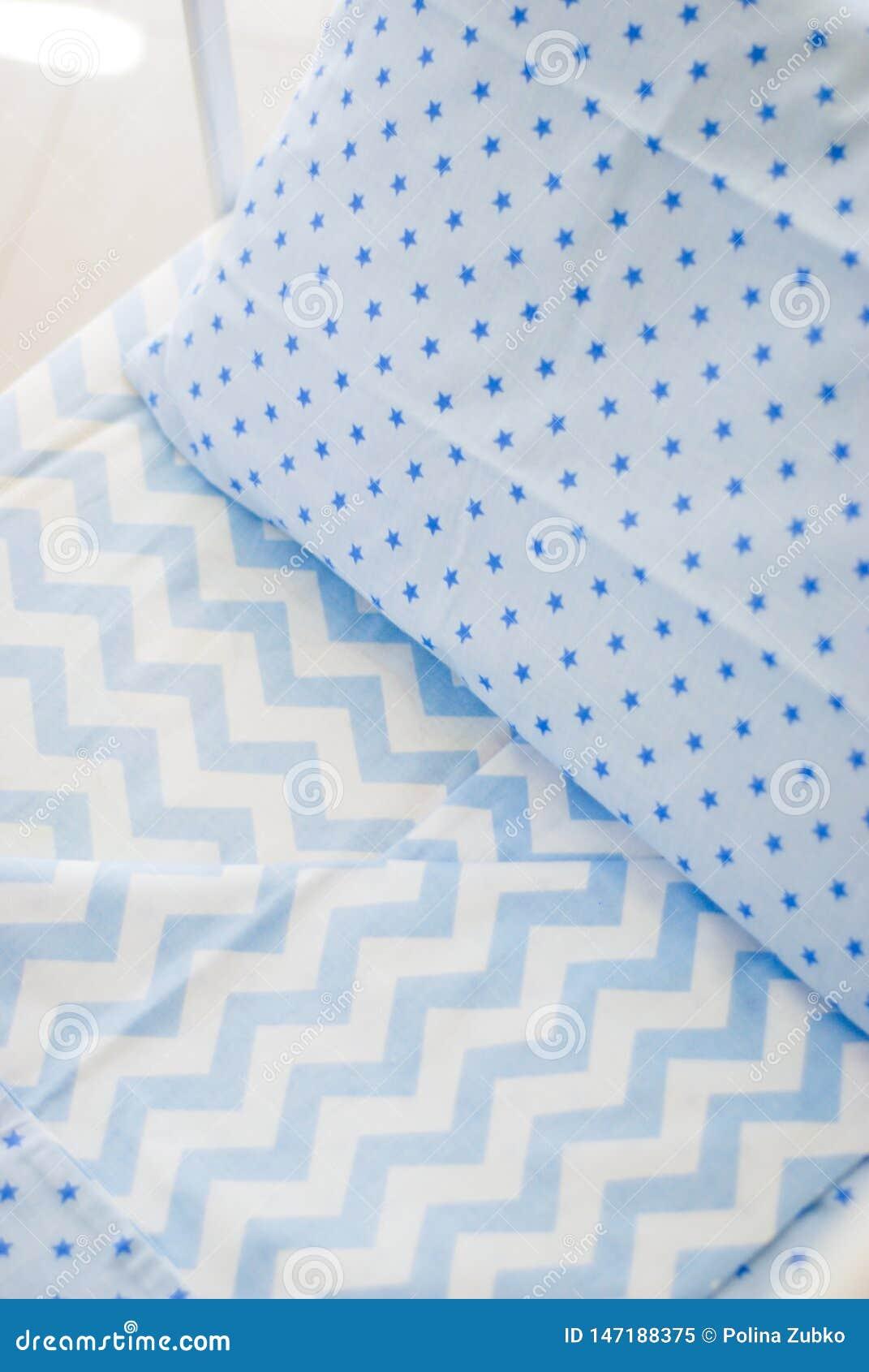 Винтажная белая деревянная украшенная пустая кроватка младенца