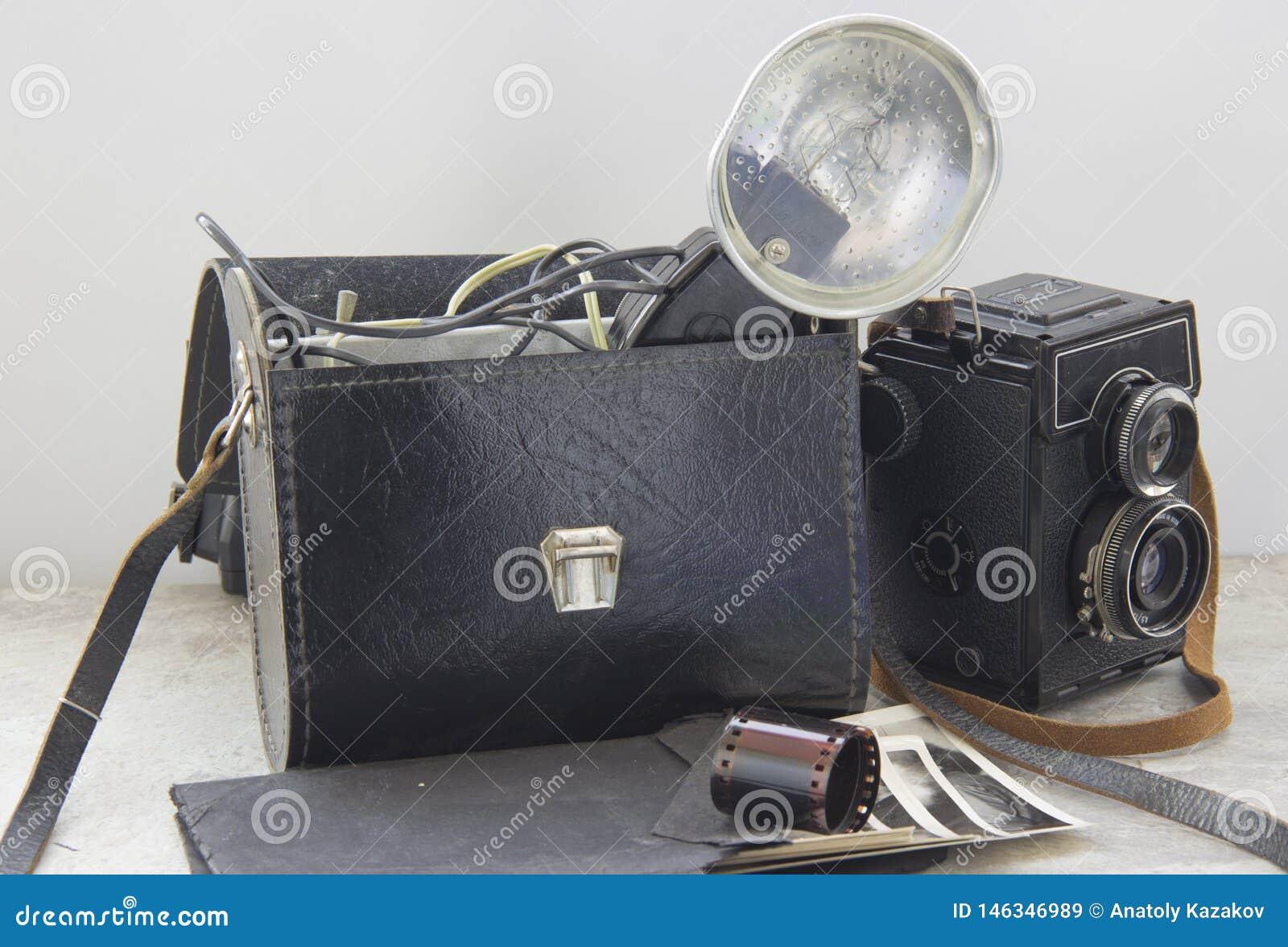 винтажная вспышка и камера на таблице