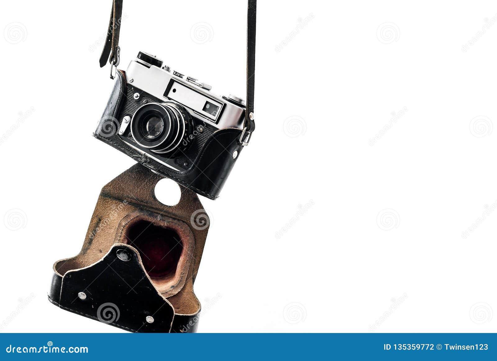 Винтажная камера фильма в кожаном случае вися на ремнях